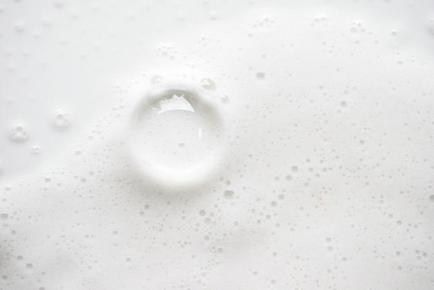 Abstrakte weiße seifige schaumbeschaffenheit. shampooschaum mit blasen