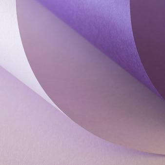 Abstrakte wirbel von violetten papieren
