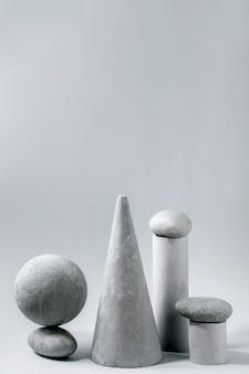 Abstrakte zusammensetzung verschiedener grauer geometrischer objekte und steine. speicherplatz kopieren. modernes konzept zur produktpräsentation.