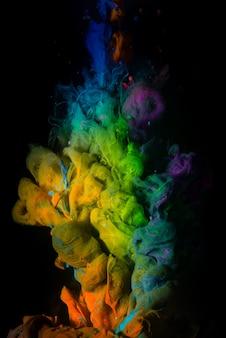 Abstrakter acryltropfen im wasser