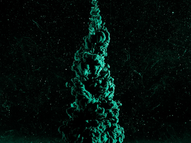 Abstrakter azurblauer dunst in dunkler flüssigkeit