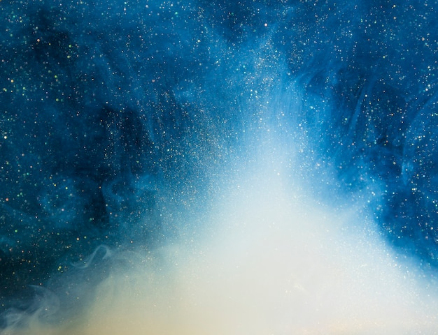 Abstrakter blauer nebel mit stückchen