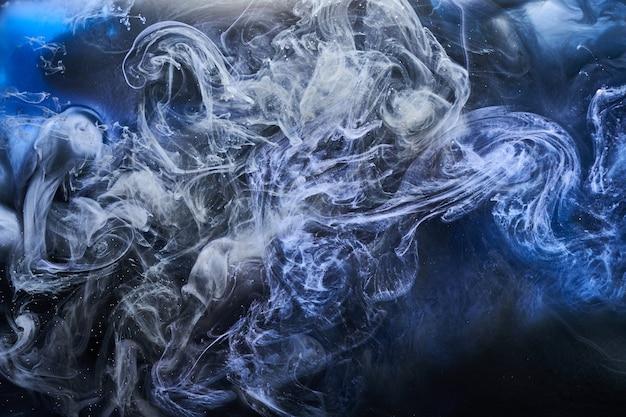 Abstrakter blauer ozeanhintergrund. unterwasser wirbelnder rauch, lebendige meeresfarbentapete, wellenfarbe im wasser