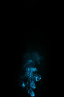 Abstrakter blauer rauch auf schwarzem hintergrund