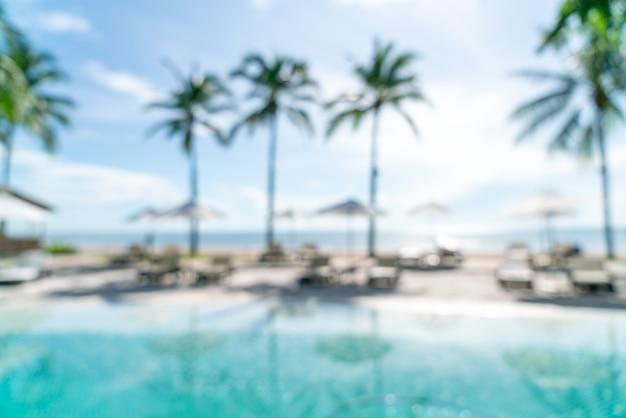 Abstrakter blurbettpool um den pool im luxushotelresort für hintergrund - urlaubs- und urlaubskonzept