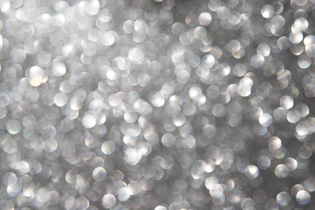 Abstrakter bokeh hintergrund mit silbernen lichtern
