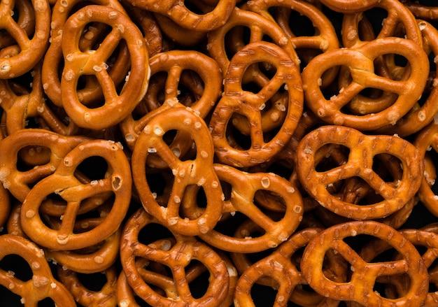 Abstrakter brezel-snack auf rostfreiem beschaffenheitshintergrund