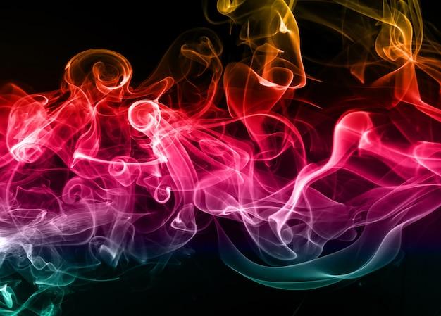 Abstrakter bunter rauch auf schwarzem