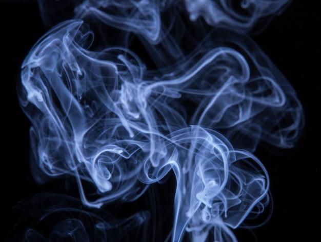 Abstrakter bunter rauch lokalisiert auf schwarzem hintergrund, feuerdesign