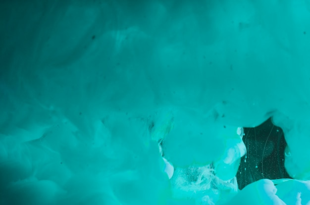 Abstrakter dichter azurblauer wellenartig bewegender rauch