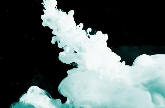 Abstrakter dichter hellblauer dunst in der dunkelheit