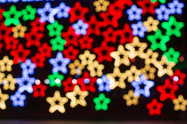 Abstrakter digitaler hintergrund mit rotierenden neonsternen. modernes ultraviolettes blau-violettes lichtspektrum