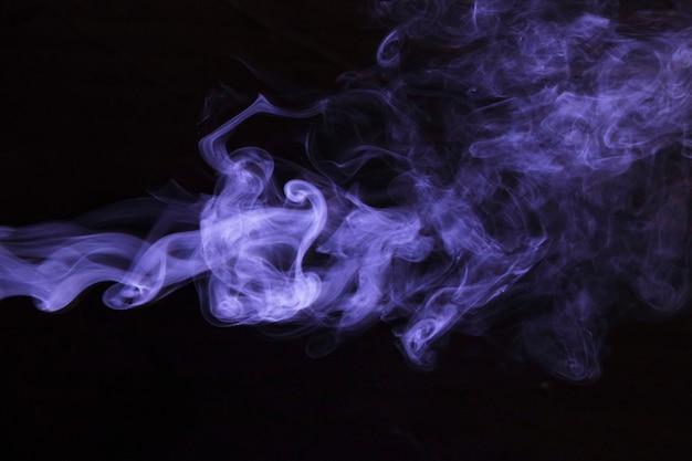 Abstrakter dunkler hintergrund des purpurroten rauches