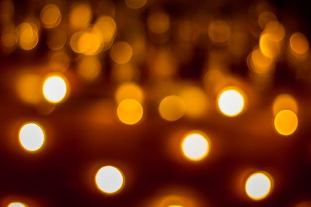 Abstrakter dunkler hintergrund mit unscharfen kreisen von weiß und orange