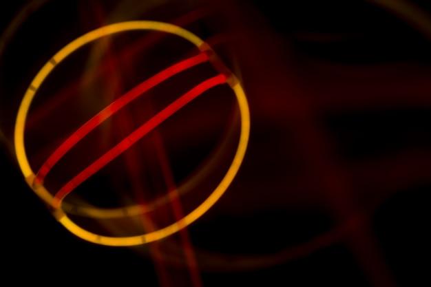 Abstrakter entwurf gemacht mit neonlichtern auf dunklem hintergrund