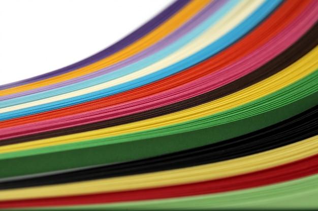 Abstrakter farbwellen-regenbogenstreifen-papierhintergrund.