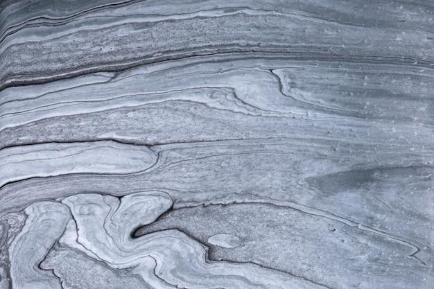 Abstrakter flüssiger kunsthintergrund hellgraue und silberne farben. flüssiger marmor. acrylmalerei auf leinwand mit graphitverlauf. aquarellhintergrund mit wellenförmigem muster. stein abschnitt.