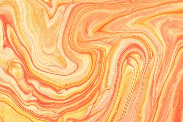 Abstrakter flüssiger kunsthintergrund hellorange und goldene glitzerfarben. flüssiger marmor. acrylmalerei auf leinwand mit korallenverlauf. aquarellhintergrund mit rotem wellenmuster. stein abschnitt.