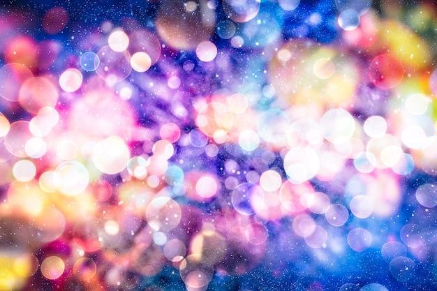 Abstrakter funkelnder weihnachtshintergrund, magischer feiertagszusammenfassungsfunkelnhintergrund mit blinkenden sternen. verschwommenes bokeh der weihnachtsbeleuchtung.