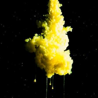 Abstrakter gelber nebel in der dunkelheit