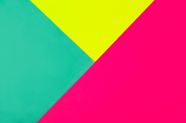Abstrakter geometrischer hintergrund in hellen neonfarben. leuchtende magenta-diagonale.