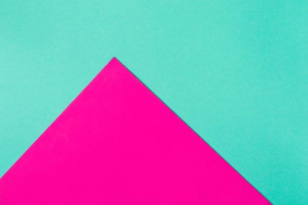 Abstrakter geometrischer hintergrund in hellen neonfarben. leuchtendes magenta-dreieck.
