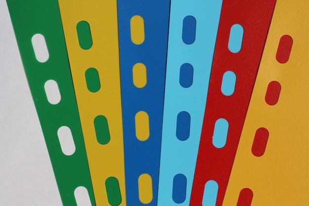Abstrakter geometrischer hintergrund von farbigen blatttrennzeichen, blatt papier, pappe.