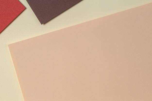 Abstrakter geometrischer papierhintergrund im erdtönenbeigekorallenbraunfarbenhintergrund