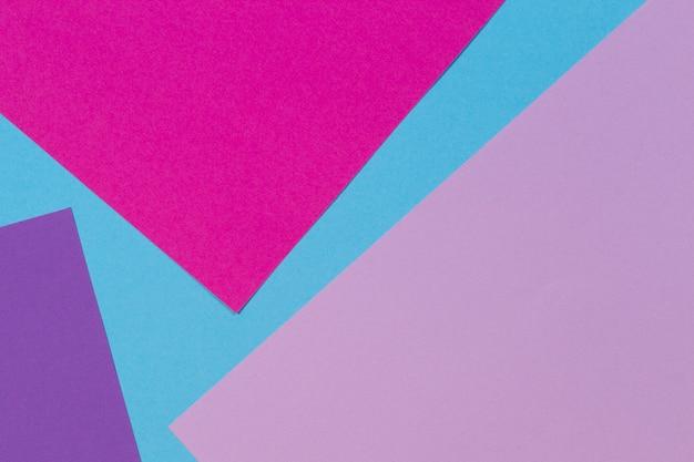 Abstrakter geometrischer papierhintergrund mit dem trendigen hellblauen rosa lila lila papiertexturhintergrund