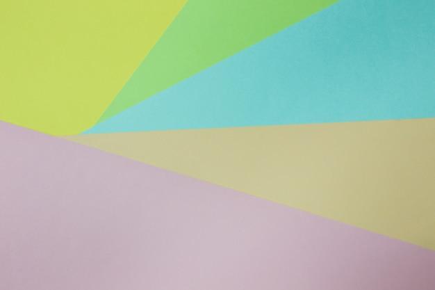 Abstrakter geometrischer papierhintergrund. trendfarben in grün, gelb, rosa, orange und blau. konzept oder idee