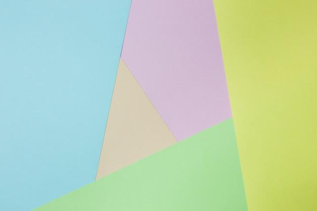 Abstrakter geometrischer papierhintergrund. trendfarben in grün, gelb, rosa, orange und blau.