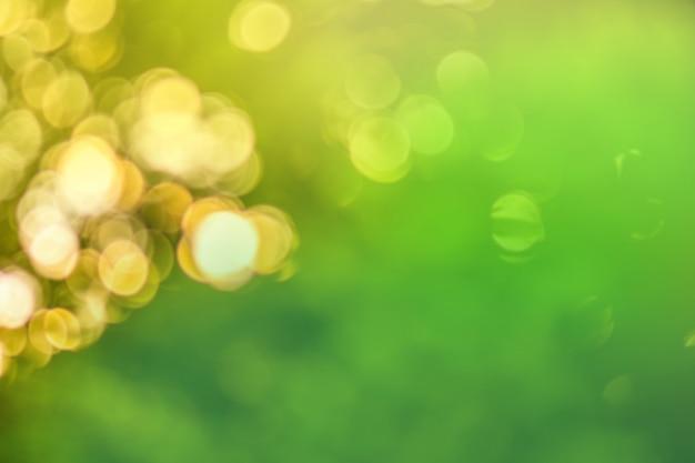 Abstrakter grüner bokeh hintergrund. sommersonnenlicht natürliches bokeh.