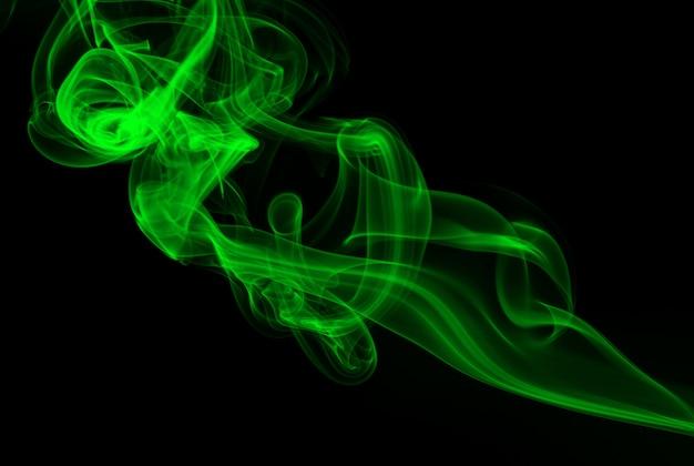 Abstrakter grüner rauch auf schwarzem hintergrund, dunkelheitskonzept