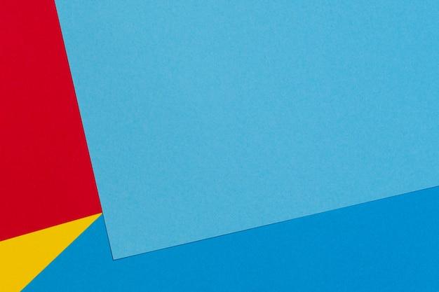 Abstrakter hintergrund der blauen roten und gelben farbpapiergeometriezusammensetzung