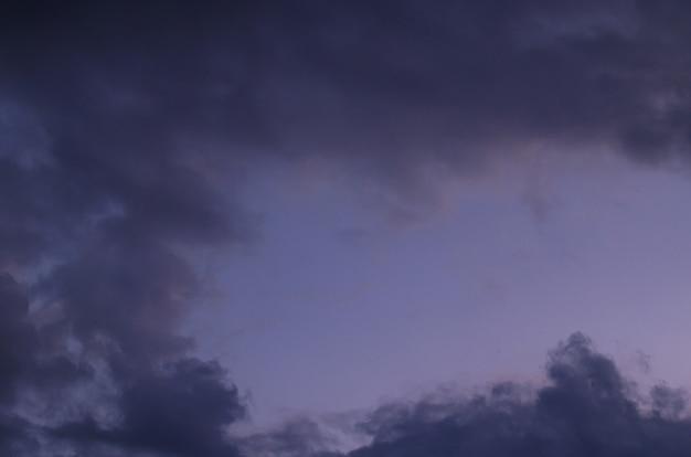 Abstrakter hintergrund der blauen stunde des bewölkten sonnenunterganghimmels.