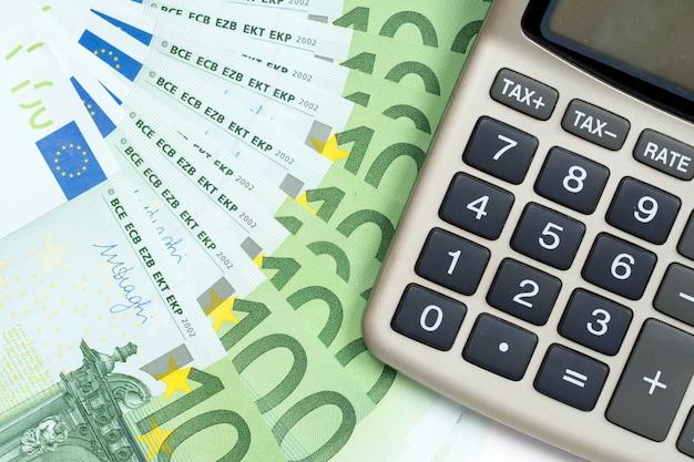 Abstrakter hintergrund der euro-banknoten und des taschenrechners