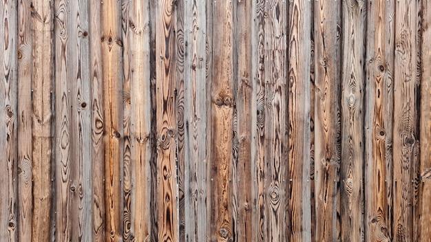 Abstrakter hintergrund der strukturierten braunen holzwand. äußeres des modernen gebäudes.
