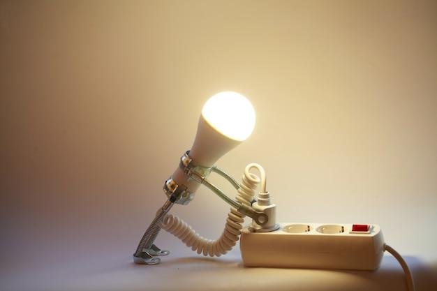 Abstrakter hintergrund des kreativen ideenkonzepts von der glühbirne