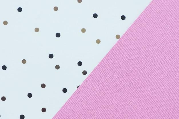 Abstrakter hintergrund des rosa und weißbuches mit den schwarzen und braunen tupfen.
