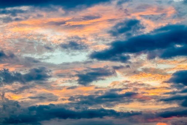 Abstrakter hintergrund, dunkle und stürmische wolken, sonnenlicht, das durch dunkle wolken bricht.