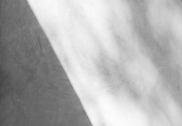 Abstrakter hintergrund einer weißen wand mit schatten vom fenster.
