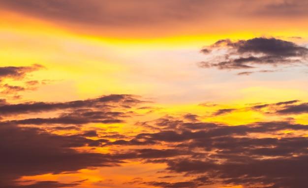Abstrakter hintergrund, landschaft des drastischen himmels am abend.