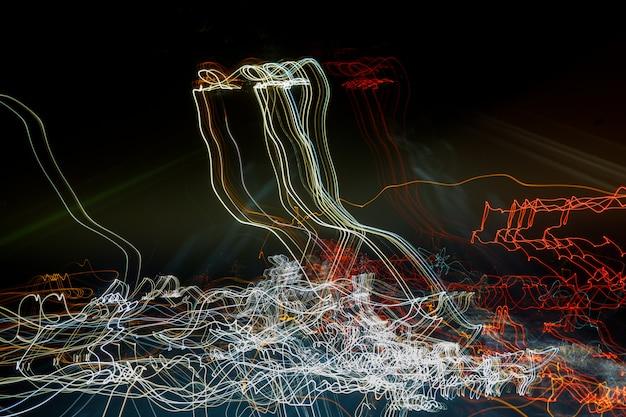 Abstrakter hintergrund. licht bricht vom laser