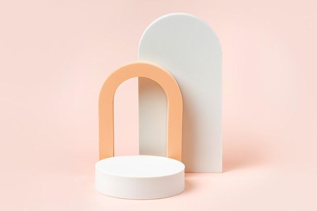 Abstrakter hintergrund mit geometrischen formen und podien in pastellfarben für die produktpräsentation