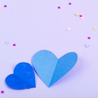 Abstrakter hintergrund mit papierherzen, konfetti für valentinstag. liebe und gefühl hintergrund für poster, banner, post, karte studio foto
