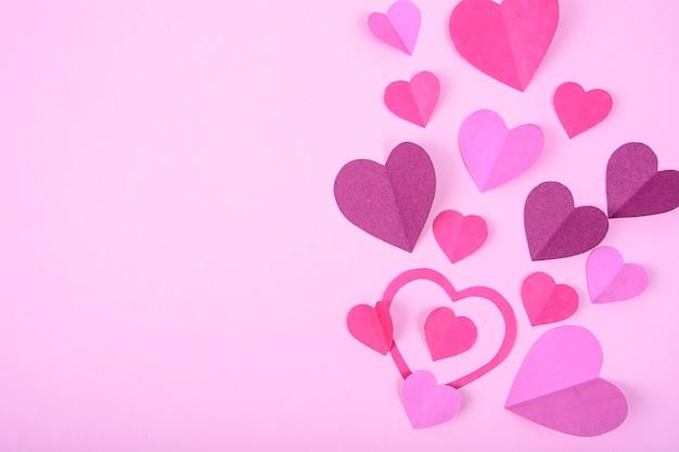 Abstrakter hintergrund mit papierherzen zum valentinstag.