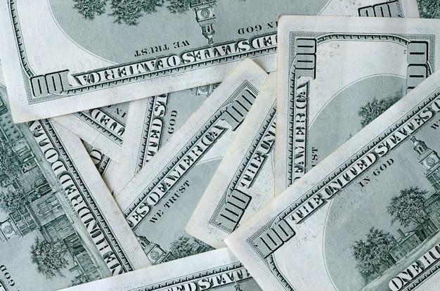 Abstrakter hintergrund mit vielen hundert dollarscheinen schließen oben