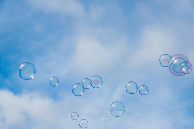 Abstrakter hintergrund, seifenblasen auf blauem himmel