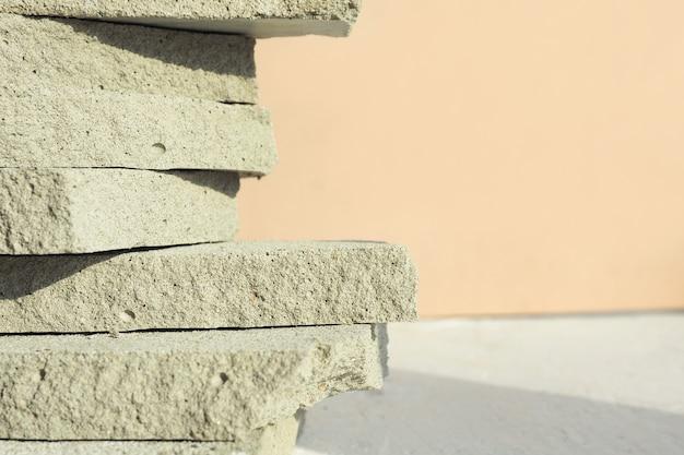 Abstrakter hintergrund und beschaffenheit des stapels von flachen betonabfällen auf beigem hintergrund