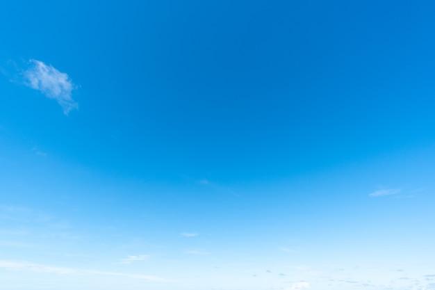 Abstrakter hintergrund vollbild des blauen himmels und des klaren hintergrunds der wolke